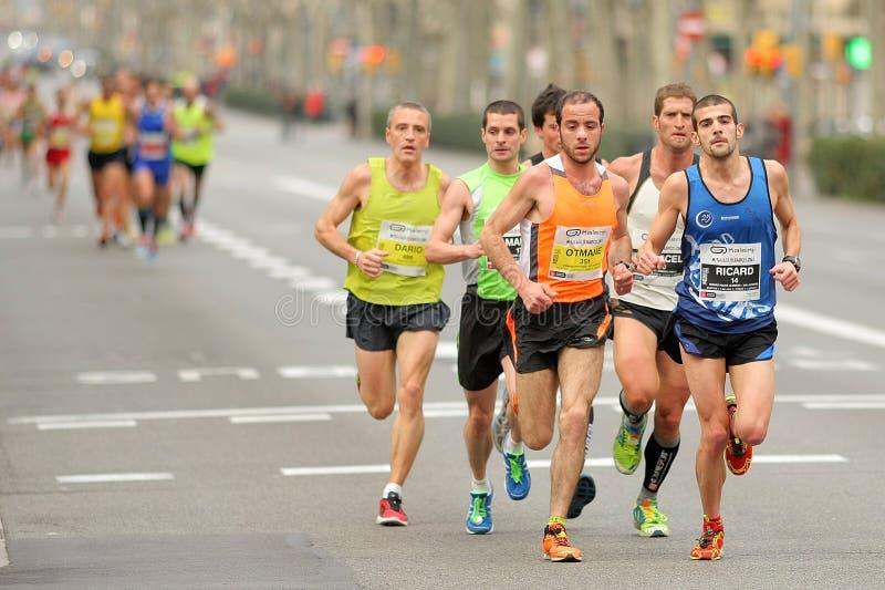 Grupp av löpare i Barcelona den halva maratonen royaltyfri foto
