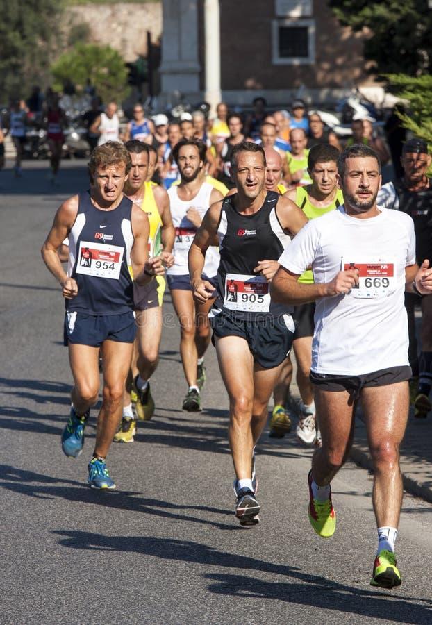 Grupp av löpare på vägen royaltyfri bild