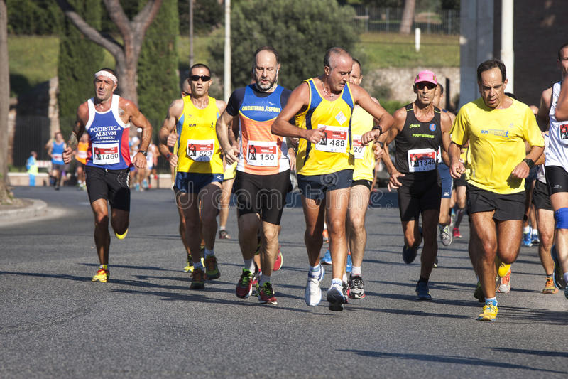 Grupp av löpare på vägen (hunger kör 2014, FAO/WFP), arkivfoton
