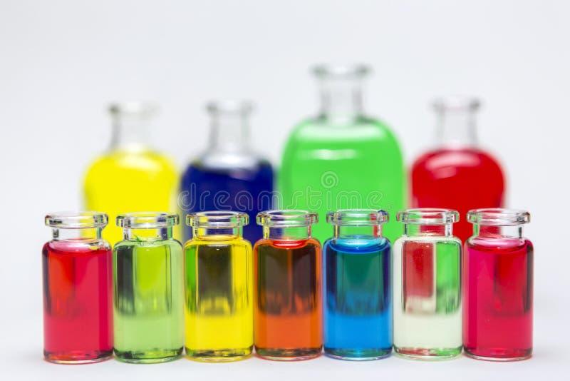 Grupp av laboratoriumflaskor som innehåller vätskefärg royaltyfri foto