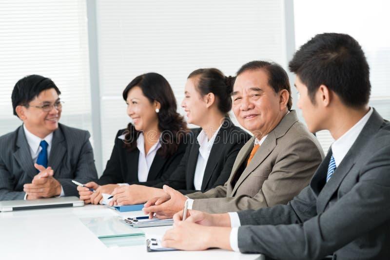 Grupp av le affärsmän royaltyfri foto