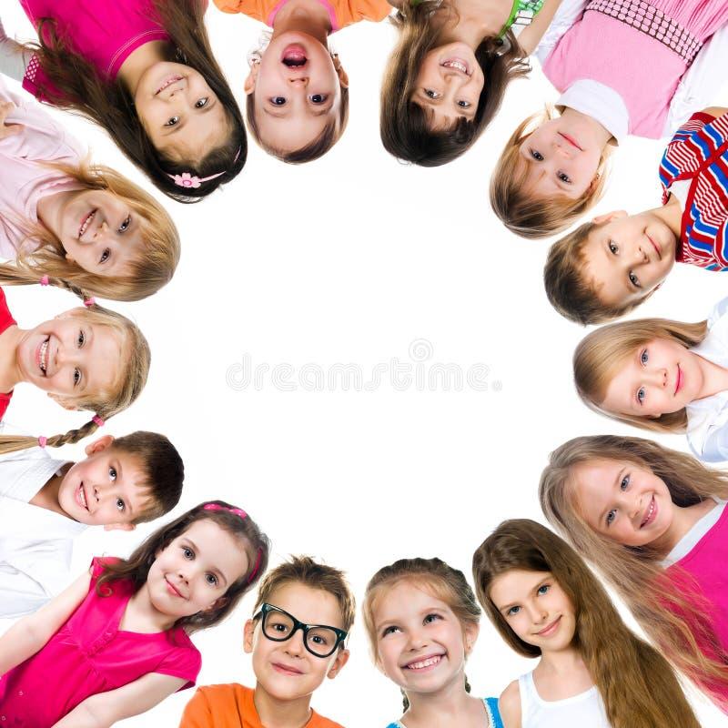 Grupp av le ungar fotografering för bildbyråer
