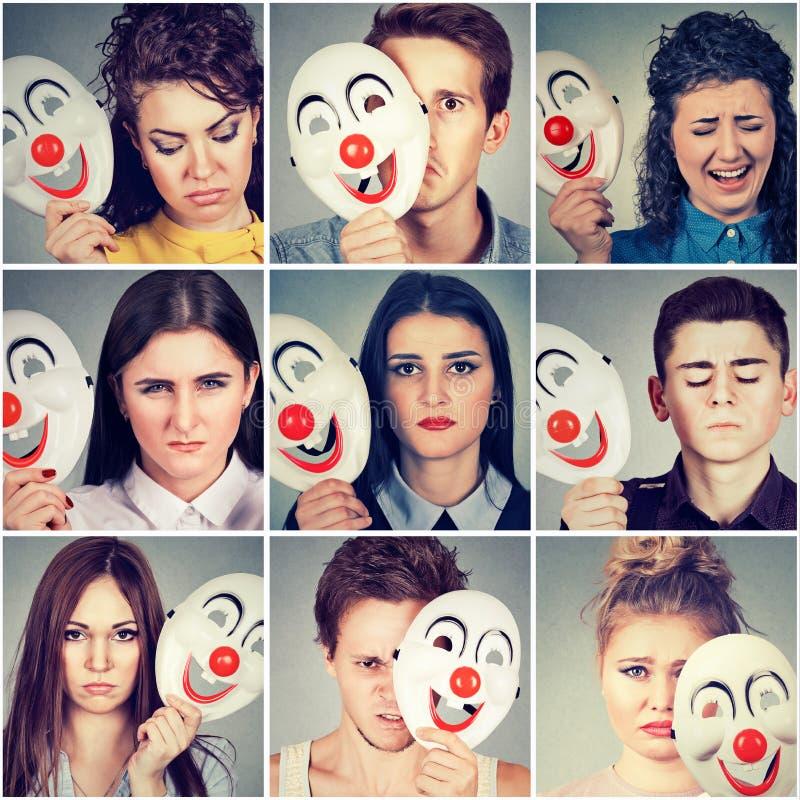 Grupp av ledset ilsket folk som döljer verkliga sinnesrörelser bak clownmaskering royaltyfri bild