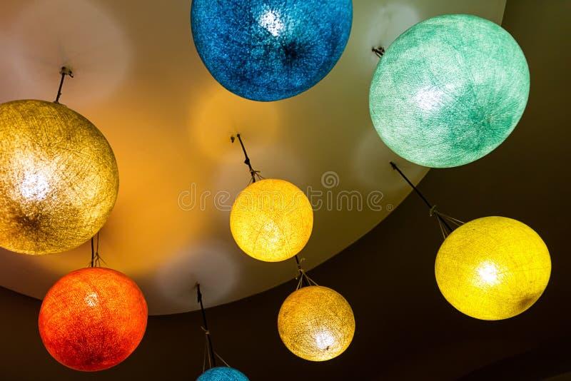 Grupp av ljusa färgrika runda lyktor av den pappers- elektriska närbilden av den gula blåa feriegrunden royaltyfri fotografi