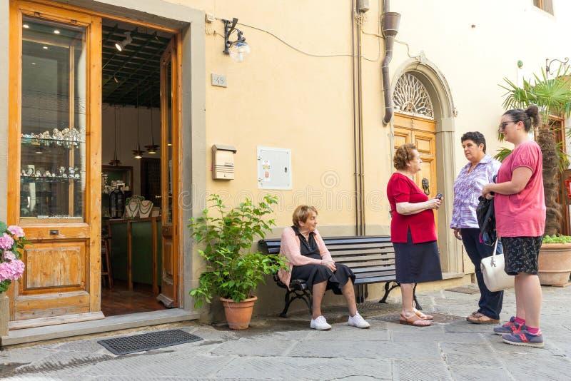 Grupp av lokala italienska kvinnor som umgås på gatan i Italien royaltyfria foton