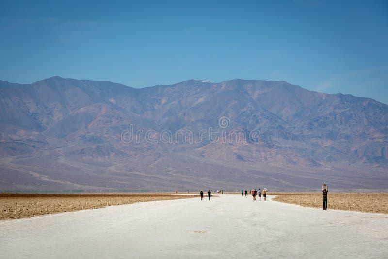 Grupp av lokaler och turisten som tycker om en dag för blå himmel i den Death Valley nationalparken royaltyfria bilder