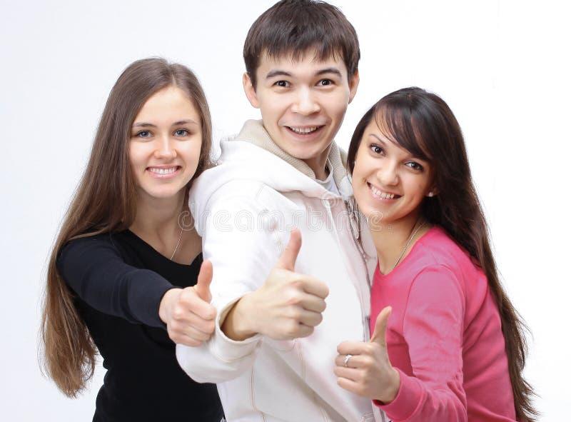 Grupp av lyckade ungdomarsom visar upp tummen arkivbilder