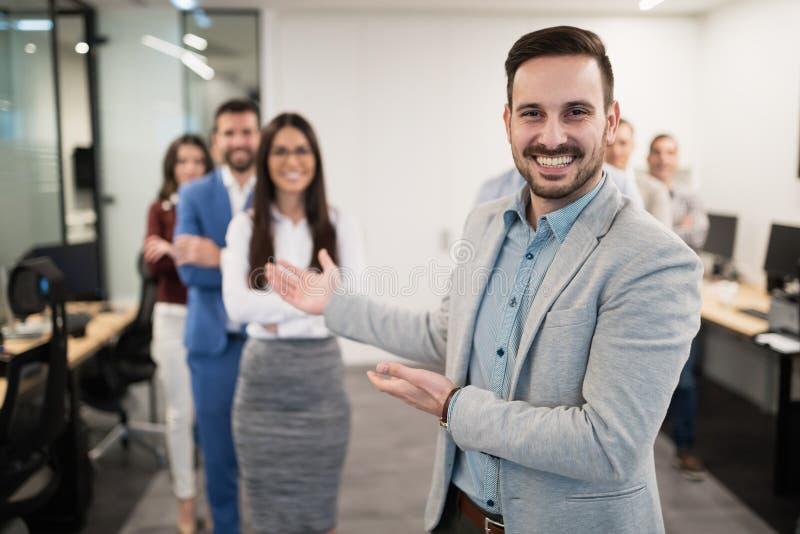 Grupp av lyckat lyckligt affärsfolk i regeringsställning royaltyfria foton