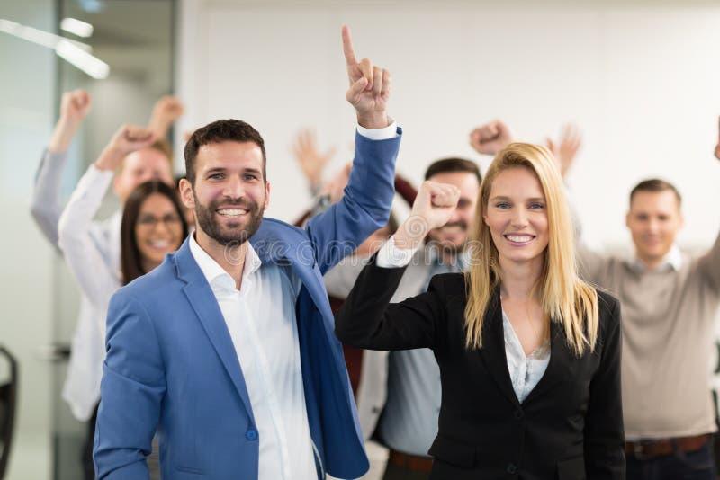 Grupp av lyckat lyckligt affärsfolk i regeringsställning royaltyfri foto