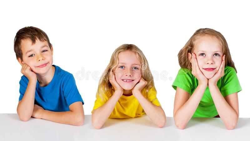 Grupp av lyckliga barn på tabellen royaltyfria foton