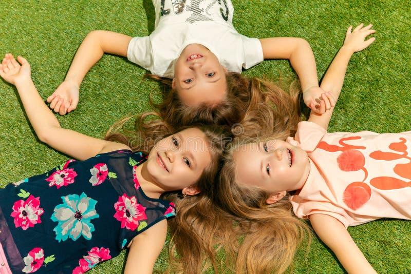Grupp av lyckliga barn som utomhus spelar royaltyfri bild