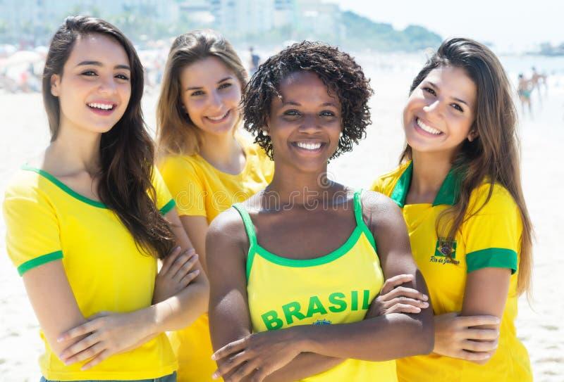 Grupp av lyckliga brasilianska flickor arkivbilder