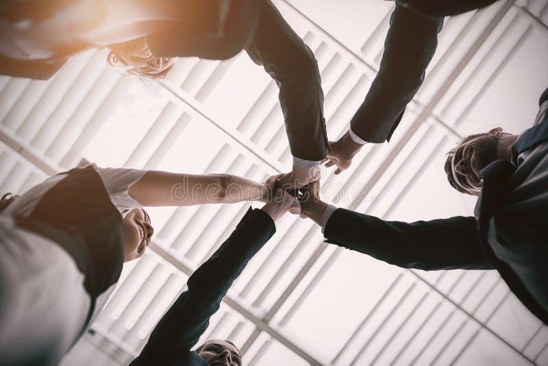 Grupp av lyckliga businesspeople som till varandra ger höjdpunkt fem arkivbilder