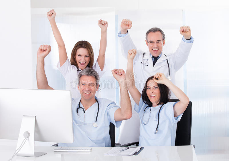 Grupp av lyckliga doktorer royaltyfri foto