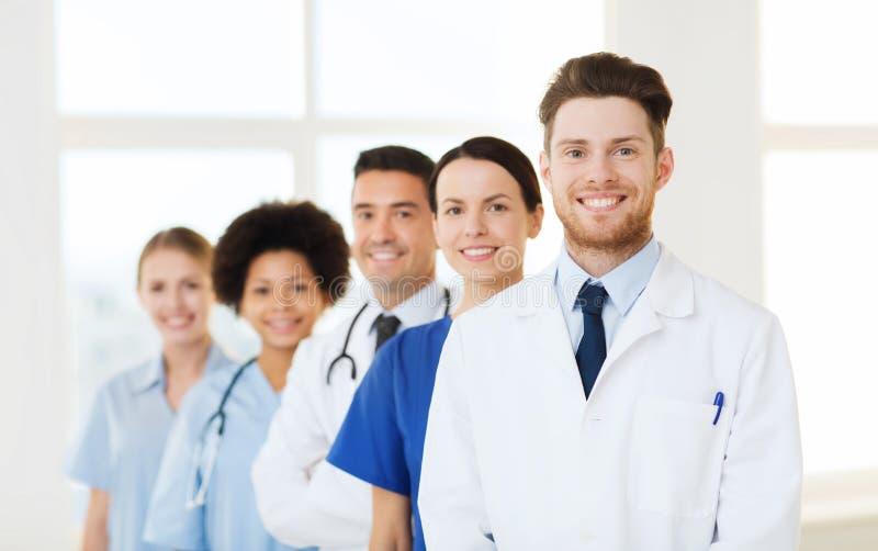 Grupp av lyckliga doktorer på sjukhuset arkivbilder