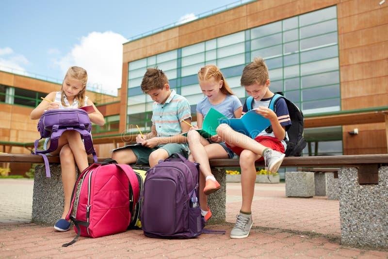 Grupp av lyckliga grundskolastudenter utomhus fotografering för bildbyråer