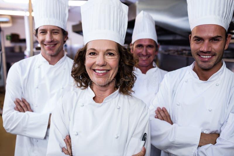 Grupp av lyckliga kockar som ler på kameran royaltyfri fotografi