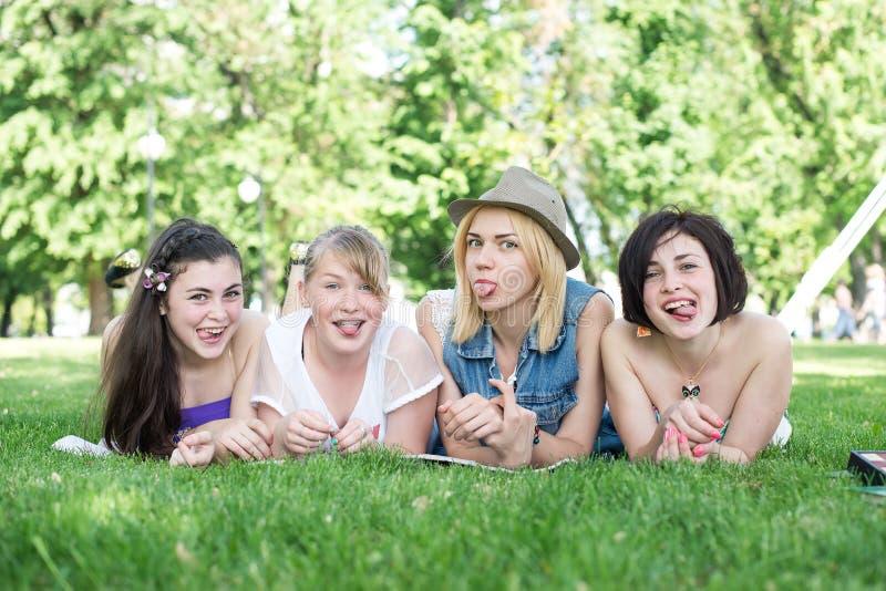 Grupp av lyckliga le tonårs- studenter royaltyfri foto