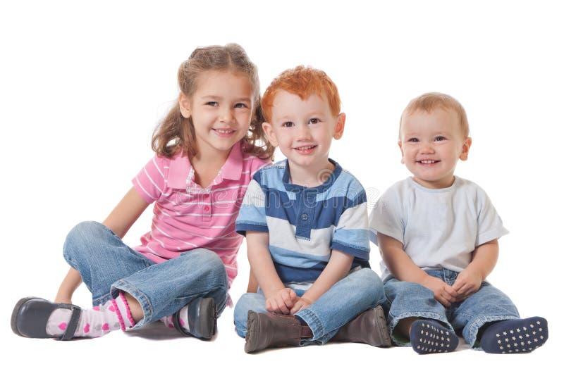 Grupp av lyckliga le ungar arkivfoton