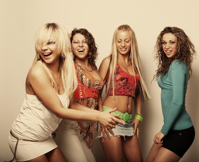 Grupp av lyckliga nätt flickor royaltyfri bild