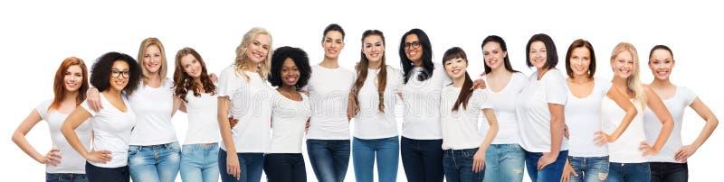 Grupp av lyckliga olika kvinnor i vita t-skjortor royaltyfria foton