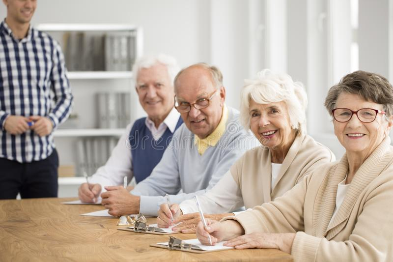 Grupp av lyckliga pensionärer royaltyfri bild