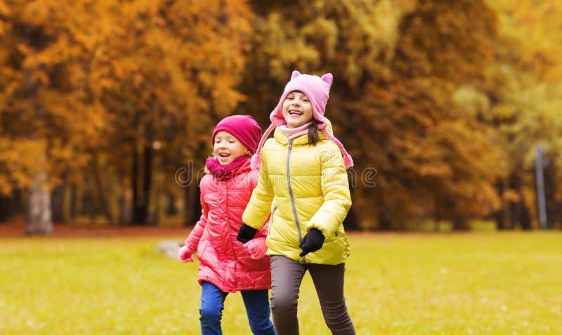 Grupp av lyckliga små flickor som utomhus kör arkivfoton