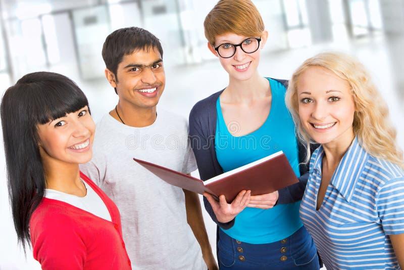 Grupp av lyckliga studenter royaltyfri fotografi