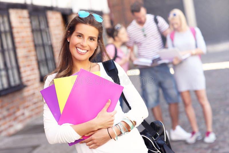 Grupp av lyckliga studenter som utomhus studerar arkivbild