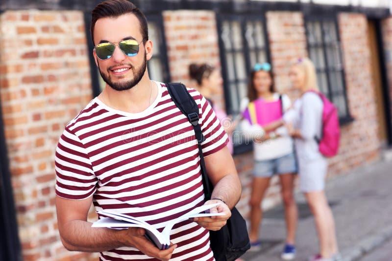 Grupp av lyckliga studenter som utomhus studerar fotografering för bildbyråer
