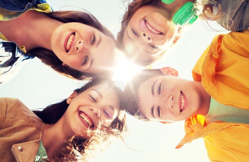 Grupp av lyckliga tonårs- vänner royaltyfri fotografi