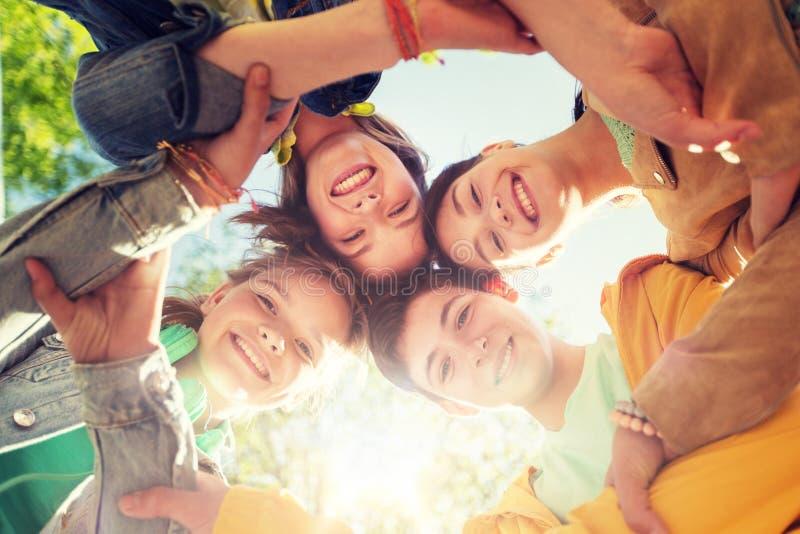 Grupp av lyckliga tonårs- vänner royaltyfri bild