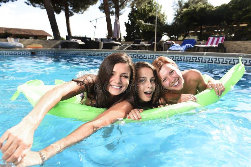 Grupp av lyckliga tre och härliga ung flickavänner som har slagträet arkivbilder