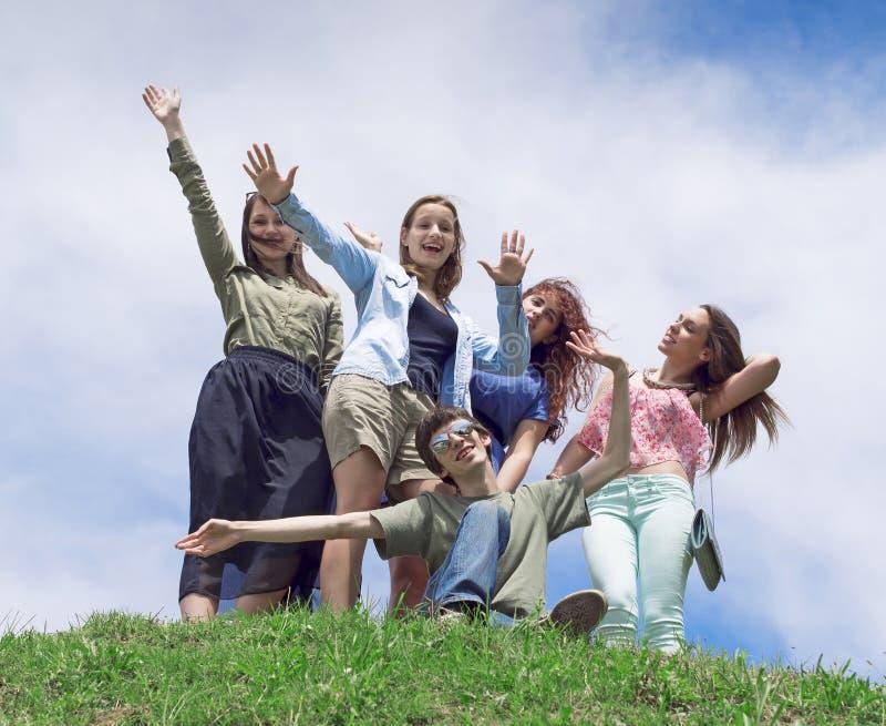 Grupp av lyckliga unga högskolestudenter som har gyckel fotografering för bildbyråer