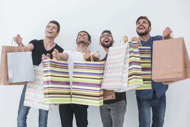 Grupp av lyckliga unga vänner med shoppingpåsar royaltyfria foton