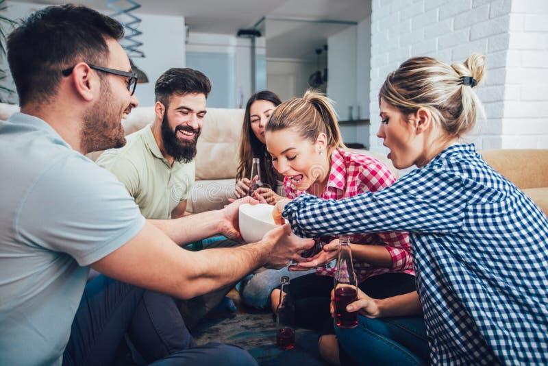 Grupp av lyckliga unga vänner som har roligt och dricker öl arkivbilder