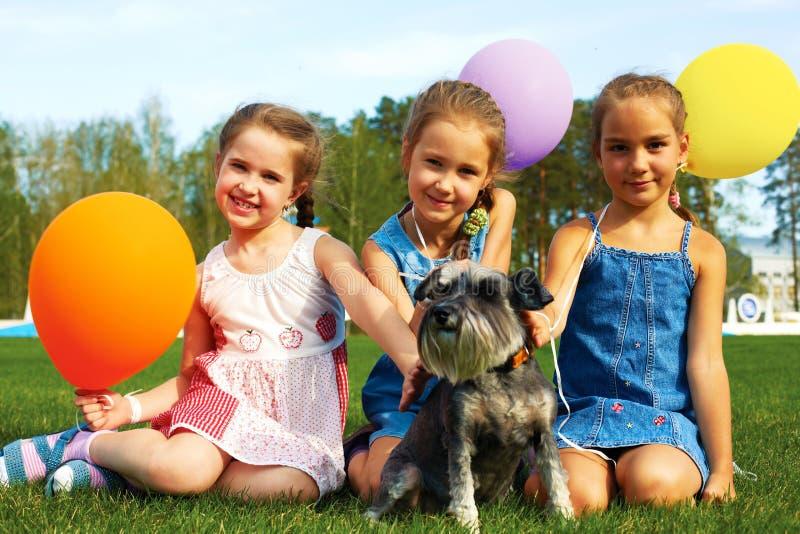 Grupp av lyckliga ungar med ballonger royaltyfri bild