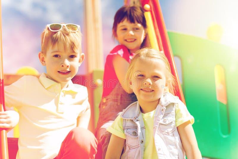 Grupp av lyckliga ungar på barnlekplats royaltyfri foto