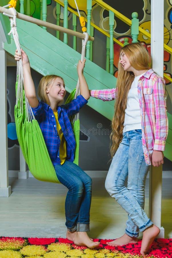 Grupp av lyckliga ungar som spelar i barnrum royaltyfria bilder