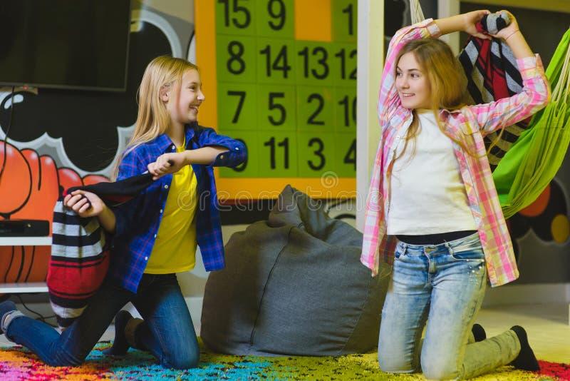 Grupp av lyckliga ungar som spelar i barnrum royaltyfri fotografi