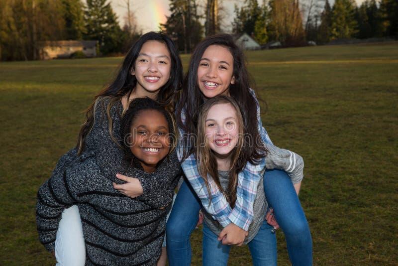 Grupp av lyckliga ungar som utanför spelar royaltyfria foton