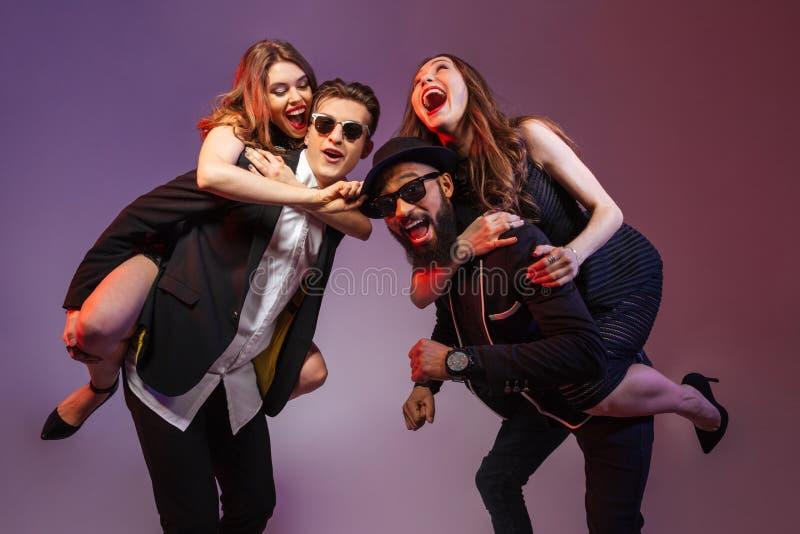 Grupp av lyckliga ungdomarsom har gyckel royaltyfri fotografi