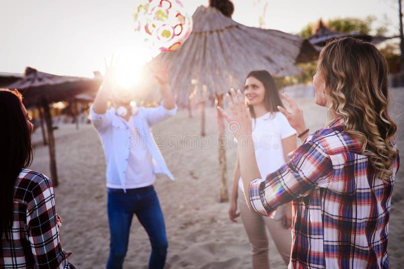 Grupp av lyckliga ungdomarsom tycker om sommarsemester arkivfoton