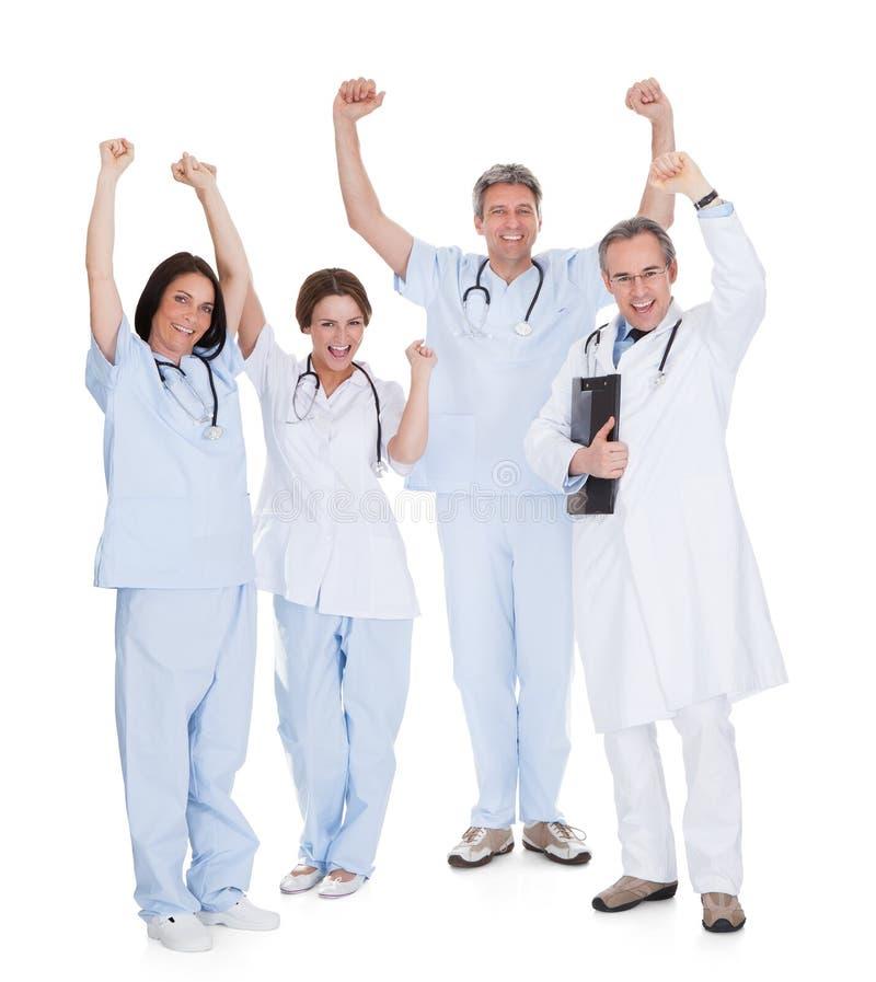 Grupp av lyckliga upphetsade doktorer royaltyfri fotografi