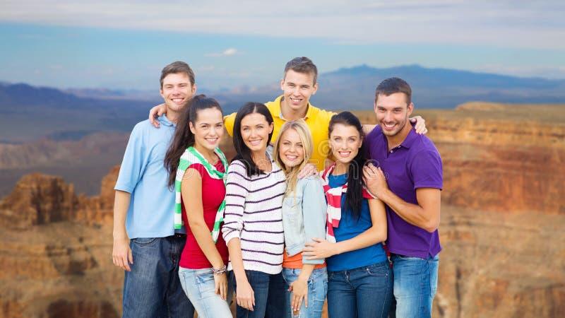 Grupp av lyckliga vänner över Grandet Canyon royaltyfri fotografi