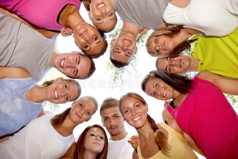 Grupp av lyckliga vänner arkivbild
