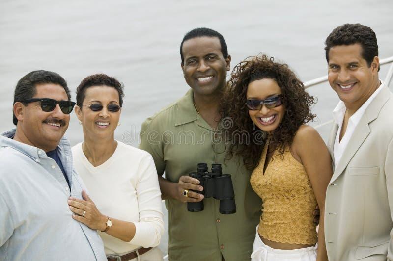 Grupp av lyckliga vänner på yachten royaltyfri bild