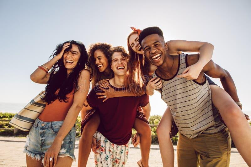 Grupp av lyckliga v?nner som har gyckel tillsammans fotografering för bildbyråer