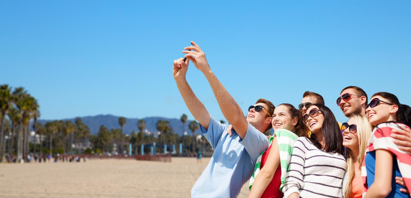 Grupp av lyckliga vänner som tar selfie vid mobiltelefonen arkivbild