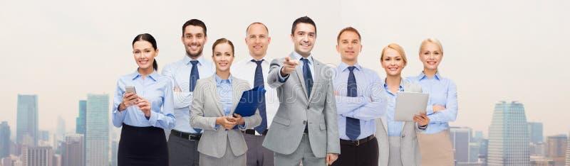 Grupp av lyckligt affärsfolk som pekar på dig royaltyfria foton